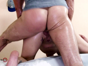 HITZEFREI First time meeting my neighbor and we fucked