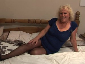 Big mature slut squirting her bed under